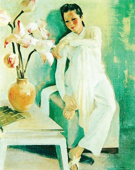 On the left is Lương Xuân Nhị's Young woman by the lotus painting, depicting a woman in a white áo dài with one leg propped up the chair. Besides her is a table with an orange vase of white and pink lotuses. She has her left arm resting across her raised knee and her right hand is grabbing at the foot on the chair. The woman has prominent red blushes on her cheeks and red lipstick, with hair tied behind her head into a ponytail.