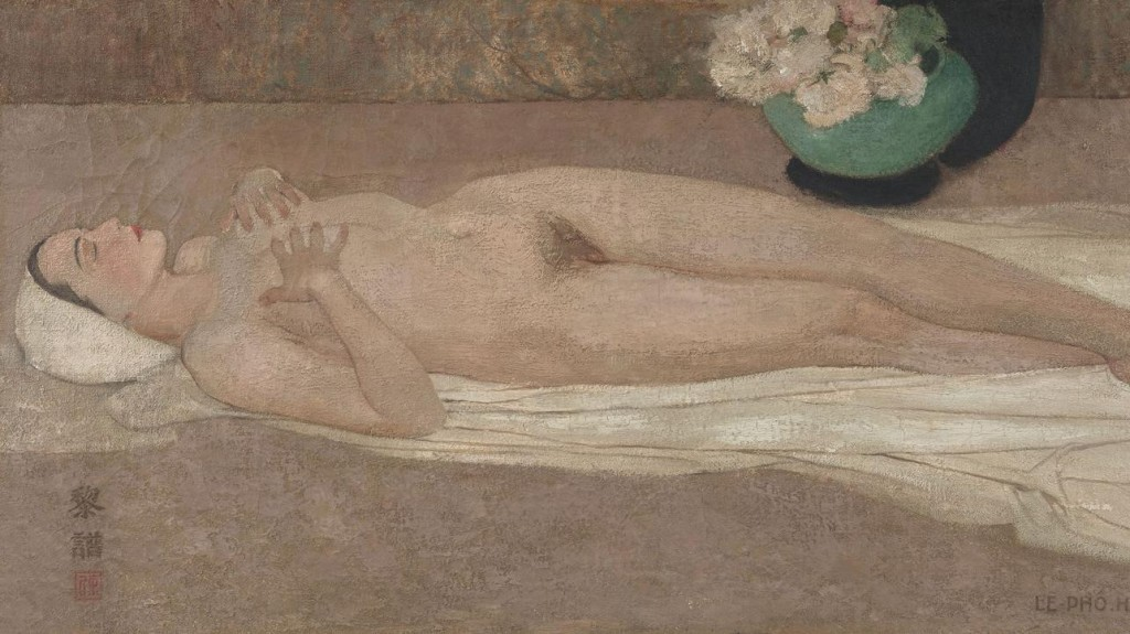 ere is Lê Phổ's Nude painting depicting a naked woman lying on a piece of white cloth while holding her breasts in her hands. The view is sideway; one can see both the side and front of her body. Her legs are slightly crossed, revealing her pubic hair. Her eyes are close and her hair is wrapped in a white cloth, perhaps having just gotten out of a shower/bath. Behind her is a jade color vase with soft pink flowers and green leaves.